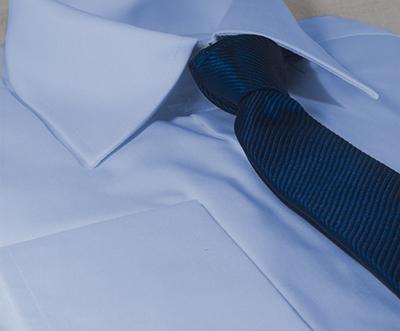 b5cdd37b79 Todo hombre tiene una camisa azul en su armario pero no siempre la sabe  combinar de manera elegante