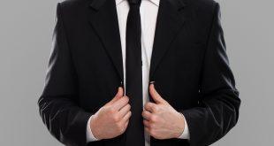 color de corbata traje negro y camisa blanca
