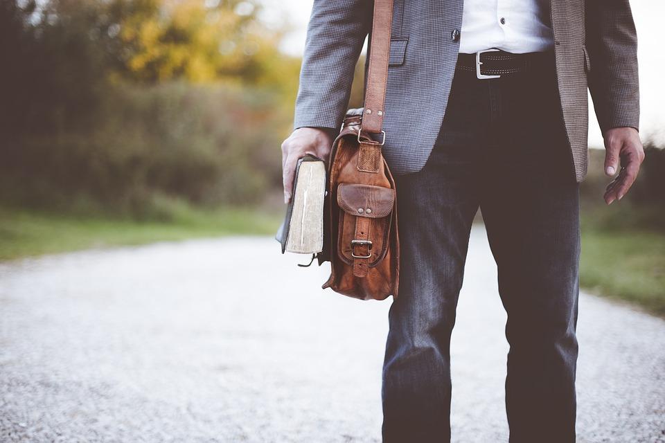 El bolso masculino, un imprescindible en tu outfit
